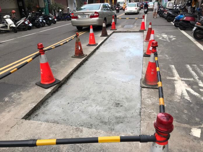 影/馬路塌陷驚現「地下道」 熱心人交管確保安全
