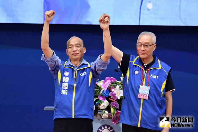 ▲國民黨主席吳敦義在全代會上拉起韓國瑜的手,宣布韓代表國民黨參選2020年總統。(圖 / 記者林柏年攝)