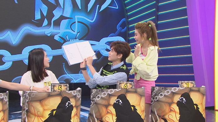 <br> ▲素人陳孟潔(左起)、藝人邱宇辰、簡愷樂一起研讀比賽秘笈。(圖/八大綜合台提供)