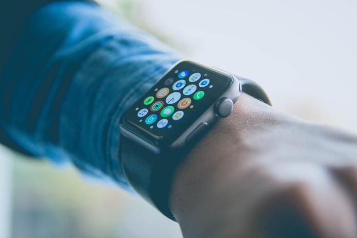 ▲爆料人士指出, Apple Watch 誤觸 Siri 的頻率很高。(示意圖/取自 Unsplash )