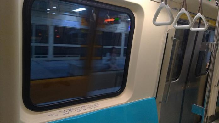 ▲原 PO 表示「搭捷運這麼多年,還真的第一次看到這種畫面…」。(圖/翻攝自《爆怨公社》)