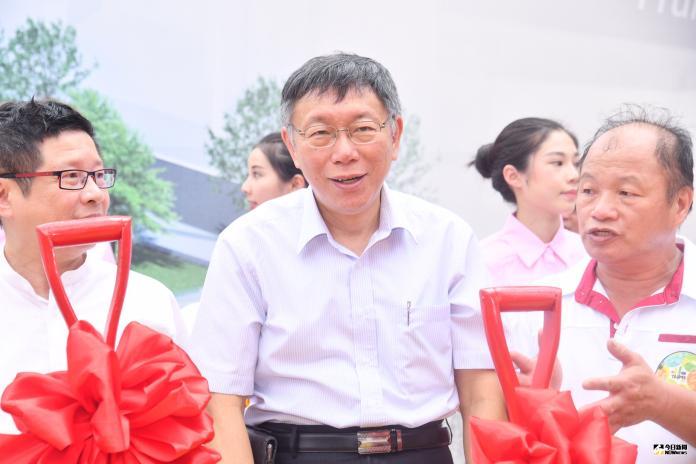 根據最新民調顯示,台北市長柯文哲若參選2020總統大選,將瓜分總統蔡英文的選票。對此,柯文哲29日表示,民調看看就好。(圖/記者林柏年攝2019,07,29)