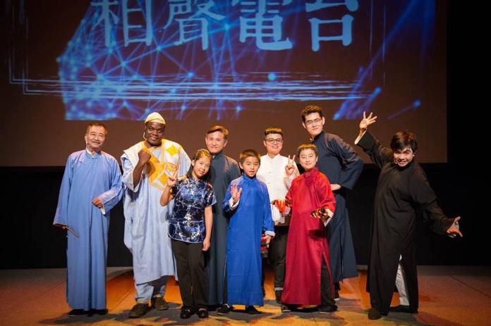 <br> ▲現在的伊馮(左二)從事汽車零件、農業機械進出口貿易,但仍偶爾會上綜藝節目,更是台灣第一位「非洲相聲演員」。(圖/翻攝自臉書粉專「漢霖民俗/兒童說唱藝術團」)