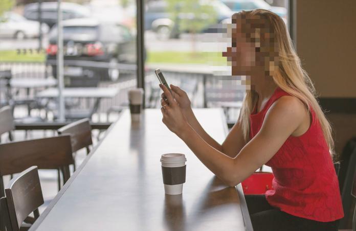 ▲一名男網友和一家人到美食街用餐,開心拍下久違的內用盛況卻意外看見詭異畫面,照片曝光後卻讓網友們笑翻了。(示意圖,非文內當事人/翻攝自 Pixabay )