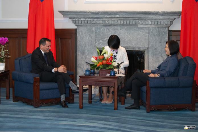 總統蔡英文30日接見美國加州州眾議會議長藍道安,總統英文今天接見時,特別稱他是「台灣的老朋友」。(圖/總統府提供)