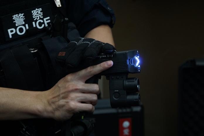 ▲企業捐贈鐵路警察局拋射式電擊槍。(圖/記者呂炯昌攝, 2019.7.30)