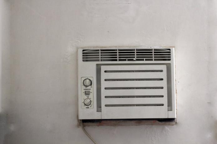 ▲一位女網友提到,租屋處的冷氣室舊式窗型,兩個月開下來讓電費飆到4千。(示意圖/取自 pexels )