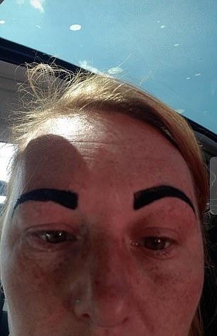 ▲經常為她修眉的美容師正在忙,因此換成一位新手美容師替她修眉。沒想到這是惡夢的開始,當修完眉毛柯琳拿起鏡子一照,竟發現自己的眉毛只剩一小塊了。柯琳難以置信,那位新手美容師才向她道歉,說自己搞砸了。(圖/翻攝自 Daily Mail )