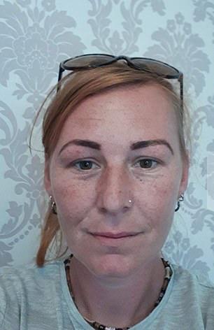▲英國威爾斯 37 歲媽媽柯琳( Colline Rees )經常去當地一間店修眉店,裡面的老手美容師的技術非常不錯,第一次消費的經驗良好。(圖/翻攝自 Daily Mail )