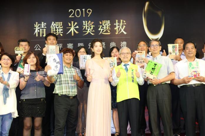 ▲名模蔡淑臻(前排左三)受邀擔任「精饌米獎」頒獎嘉賓。(圖/農糧署提供)