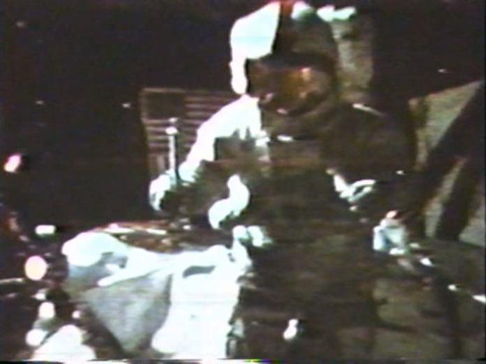 ▲48年前,美國阿波羅十五號太空人用鎯頭和羽毛,證明伽利略是對的。(圖/翻攝自NASA)