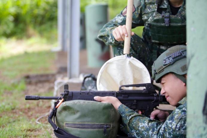 ▲ 成功嶺射擊體驗營學員體驗T91步槍射擊的震撼力。(成功嶺射擊體驗營提供)
