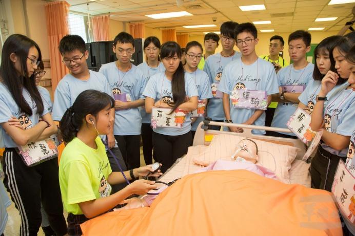 ▲ 醫學研習營教官向學員說明血壓測量的基本方法。(軍聞社記者莊家宏攝)