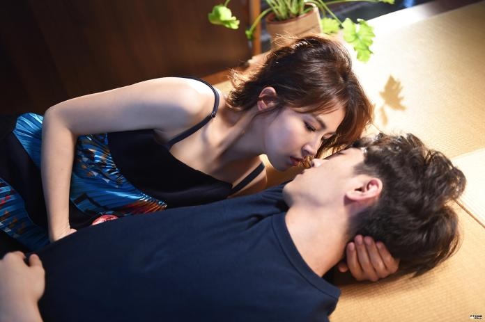 女星與超帥<b>男模</b>熱擁遭逮 加碼貼身激吻