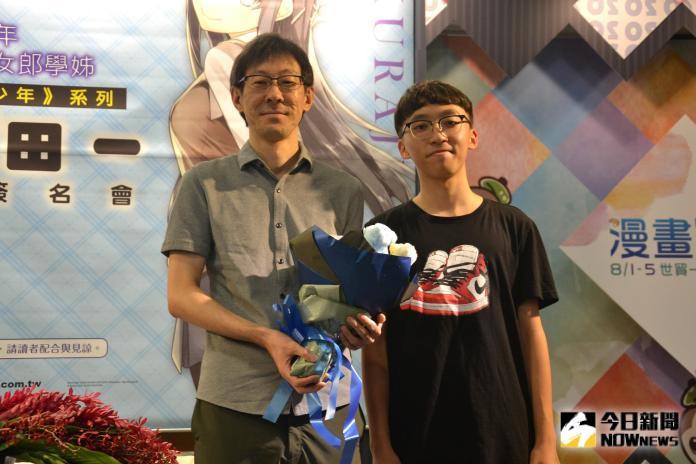 《青春豬頭少年》作者來台簽名會 現場宣言「黑絲萬歲」