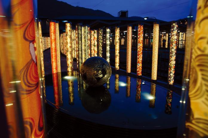 <br> ▲設計師森田恭通希望車站空間能籠罩在柔和、色彩鮮明的美麗中,也讓友禪的光林有「和服森林」之稱。(圖/友禪的光林)