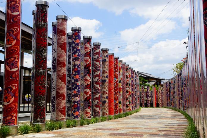 <br> ▲約 600 隻使用「友禪」裝飾圓柱組成的森林,是嵐山當地人推薦的隱藏版觀光勝地。(圖/友禪的光林)