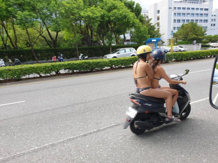 ▲這兩位正妹騎著機車,身材姣好的她們穿著比基尼,大露美背和美腿,讓路上的路人紛紛大飽眼福大呼「我要搬去花蓮了」。(圖/翻攝自《 加藤軍台灣粉絲團 2.0 》)