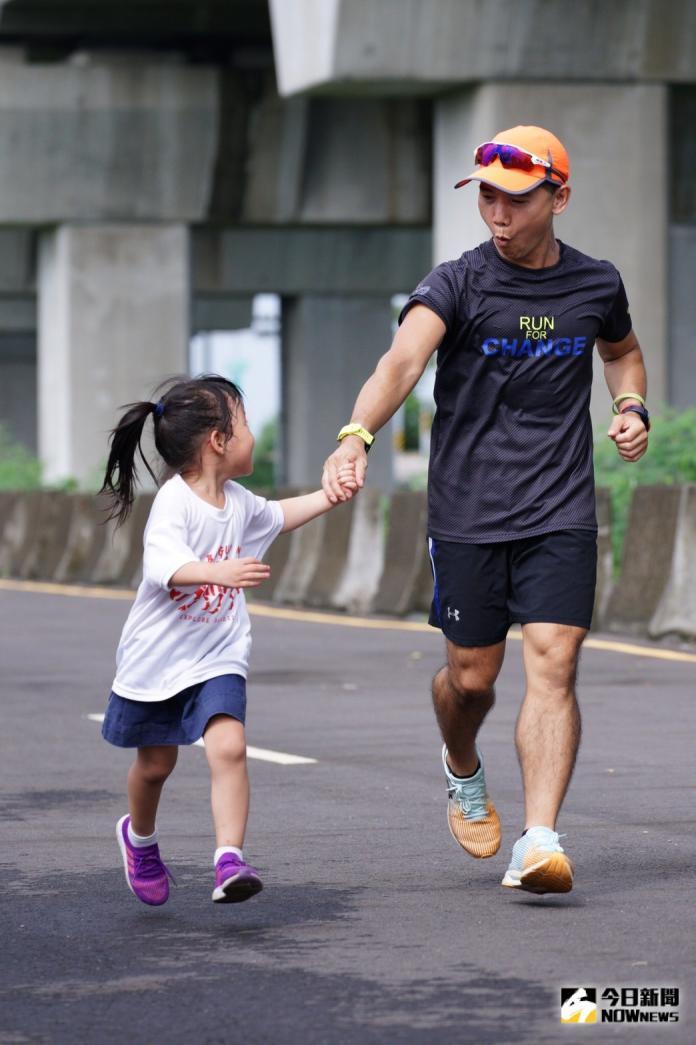 <br> ▲教練陪同小朋友跑完全程。(圖/記者陳雅芳攝,2019.08.03)