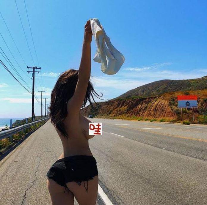 ▲丹妮莉上公路脫掉上衣。(圖/翻攝丹妮莉IG)