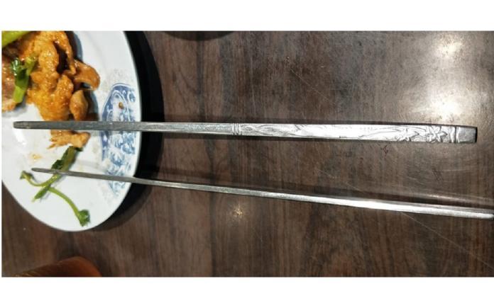 ▲韓式「扁筷」超難用?內行人曝「隱藏優點」:狂用 10 年了。(圖/翻攝自臉書社團爆廢公社公開版)