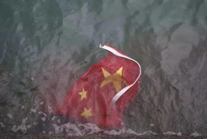 五星旗被丟入海氣炸 陸官媒:喪心病狂的暴徒!