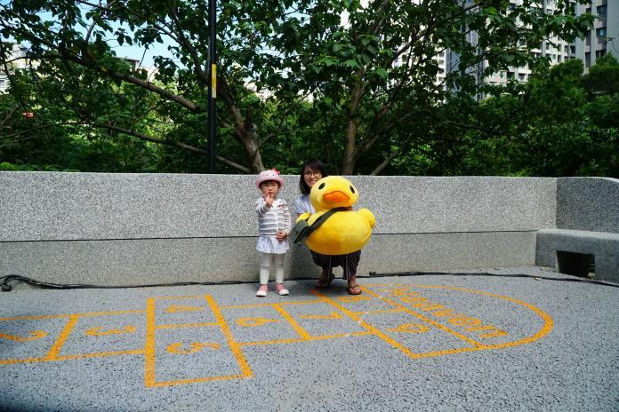<br> ▲竹東鎮第二座親子公園啟用,結合趣味跳格子、保留原始丘谷地形的溜滑梯等設施。(圖/新竹縣政府提供)