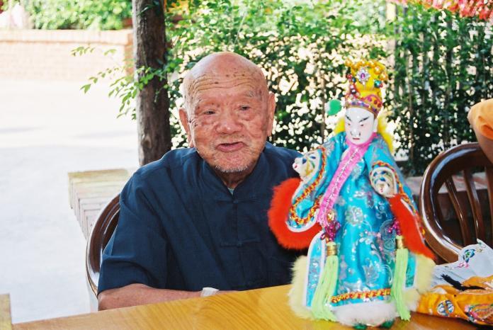 ▲布袋戲大師黃海岱是黃亮勛與黃政嘉的曾祖父,一手創立「五洲園」,在台灣布袋戲界被尊稱為「通天教主」。(圖/霹靂國際提供)