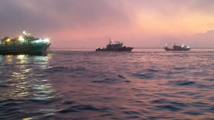 澎漁船虎井海域擱淺 海巡、友船馳援人員平安