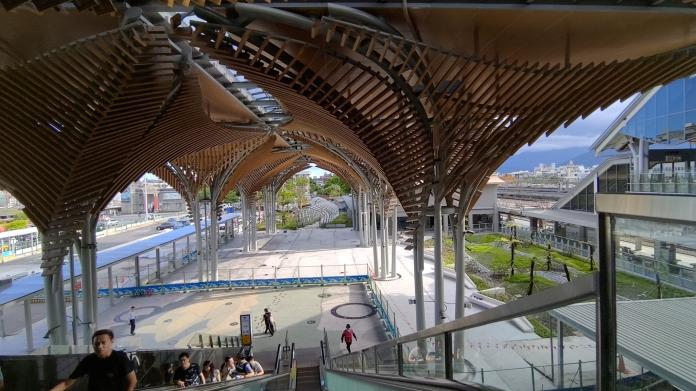 ▲花蓮新站打通1樓穿堂,使前後站商圈得以串連在一起。(圖/林崑明提供)。