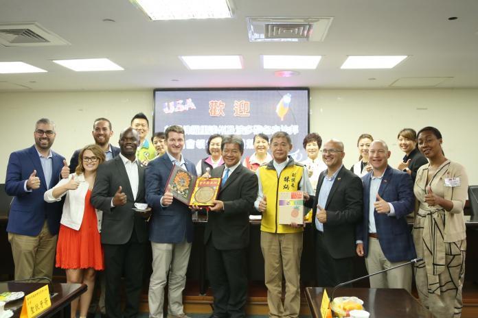 ▲美國佛羅里達州州眾議員一行8人參訪台南市議會。(圖/台南市議會提供)