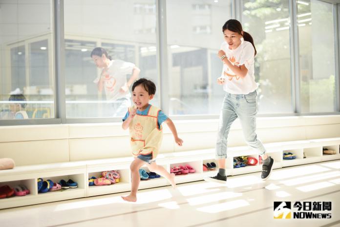 ▲幼橘園走道燈光亮起時,瞬間成為孩子們的室內操場。(圖/記者陳明安攝影)