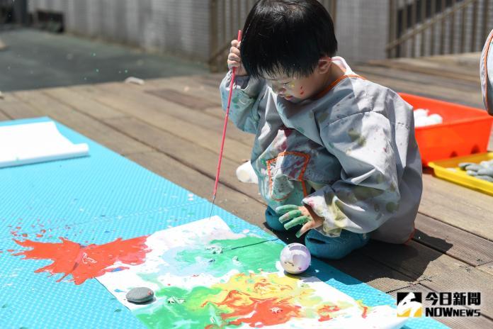 ▲幼橘園小朋友在戶外開心地一邊遊玩。(圖/記者陳明安攝影)