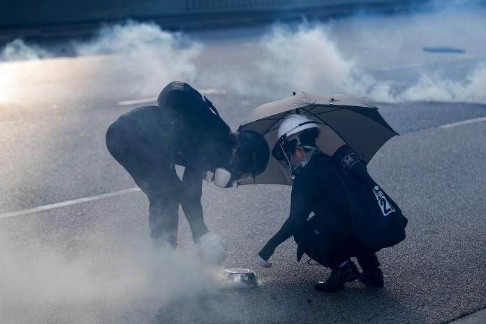 ▲一位香港媽媽的悲痛疑問「吸到催淚彈以後,多久才能再餵母乳?」。(圖/美聯社/達志影像)