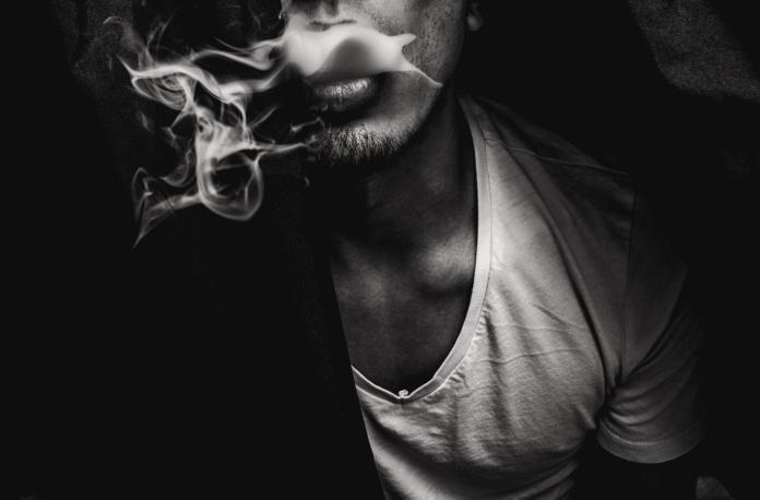 ▲抽菸、抽電子煙的人,平均比不吸菸的人少睡 43 分鐘。(示意圖/取自 Unsplash )