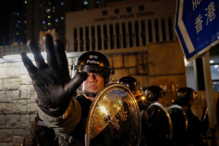 巷仔內/香港警方成政府打手 正義「阿Sir」回不去了?