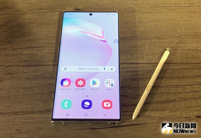▲三星旗艦手機Galaxy Note 10+採6.8吋WQHD+ / Dynamic AMOLED螢幕,並配置新款S Pen。(圖/記者劉士成攝。2019.08.08)