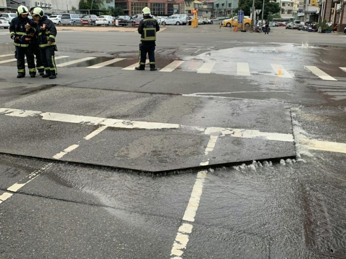 ▲宜蘭88地震,臺中市南區高苑路及南平路口地面隆起。(圖/消防署提供2019.8.8)