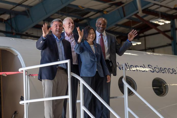 總統蔡英文出訪的自由民主永續之旅,因返國後的國安特勤私菸案而聲望受損。(圖/總統府提供)