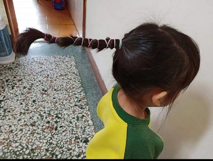 ▲原 PO 女兒的頭髮已經被老師綁成一根超浮誇的「立在半空的馬尾辮」,直挺挺就像一根衝天炮。(圖/翻攝自《爆怨公社》)
