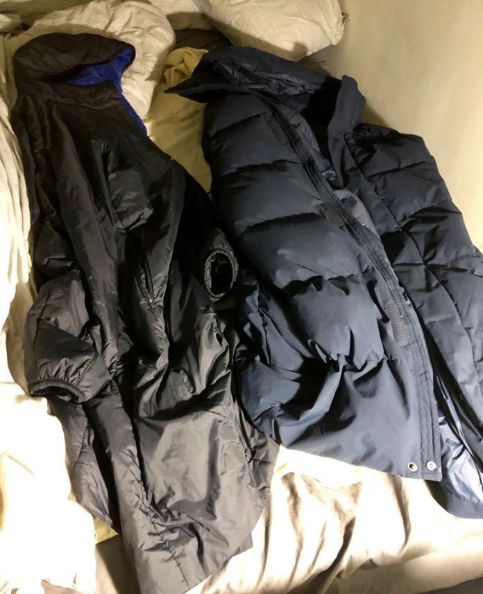 ▲曹西平習慣在床邊放雪衣和羽絨衣。(圖/翻攝曹西平臉書)