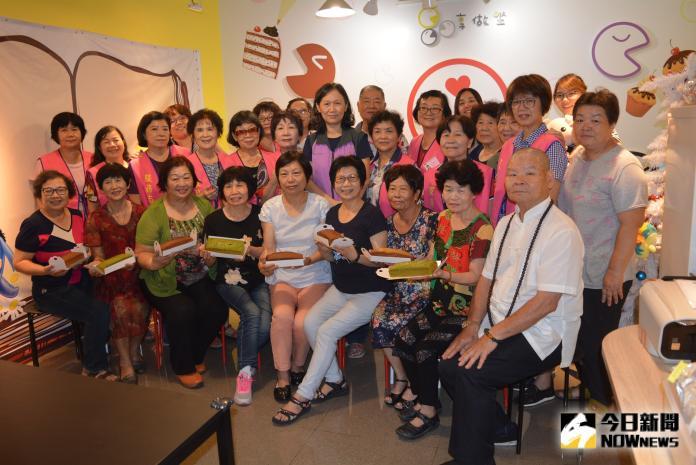▲志工們一起親手做健康甜點。(圖/記者郭政隆攝影2019.8.8)