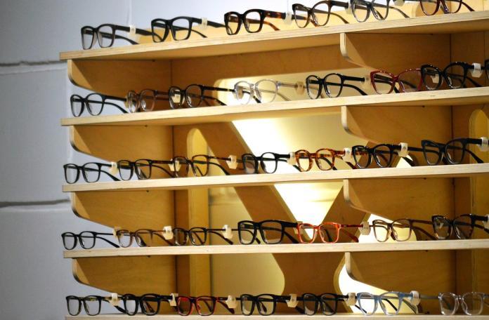 ▲有網友提出建議,可去新型眼鏡行買鏡框,再到傳統眼鏡行配鏡片。(示意圖/翻攝自