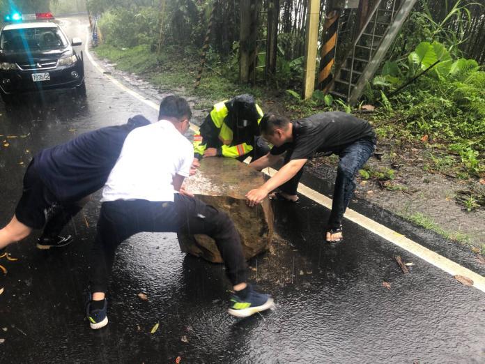 五峰山區道路坍方落石 守護神冒雨排除障礙管制交通