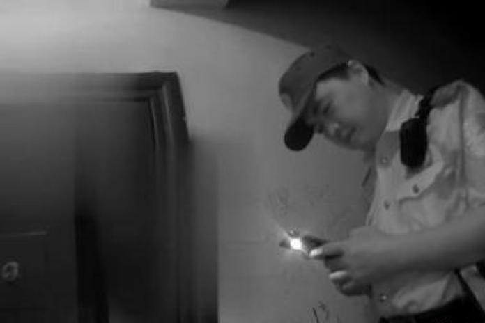 ▲警員在門外守護著獨自在家的 9 歲男童。(圖/翻攝自中國新聞網)