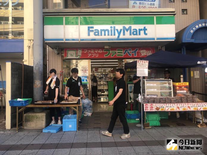 <br> ▲周邊商店在店門口擺攤,販售章魚燒、炒麵、烤雞串等日式小吃。(圖/記者陳致宇攝)