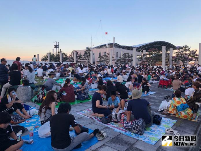<br> ▲不少遊客頂著當天近 38 度的高溫,一早就在琵琶湖畔卡位。(圖/記者陳致宇攝)