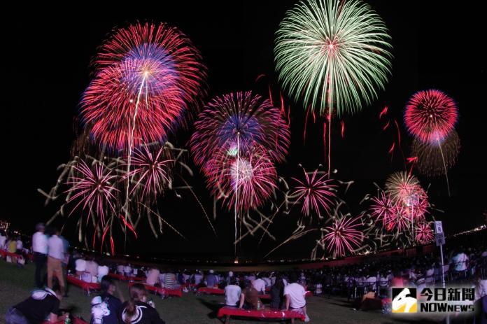 <br> ▲長達 60 分鐘的煙火秀,與湖面的倒影相互輝映,吸引逾 30 萬名遊客慕名欣賞。(圖/記者陳致宇攝)