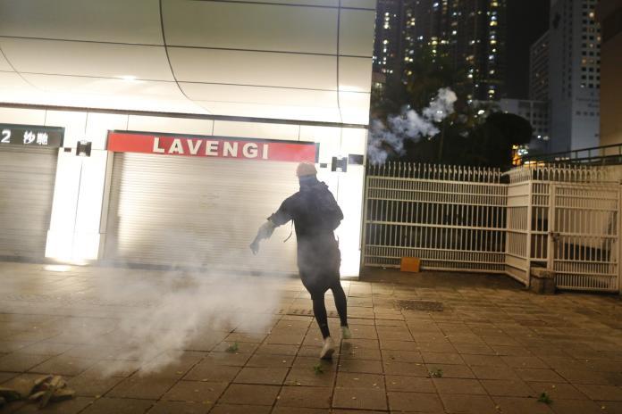 ▲香港警方於尖沙咀警署外施放催淚彈。(圖/翻攝香港01)
