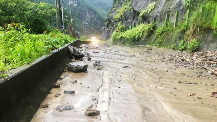 ▲道路上可見石塊掉落。(圖/那瑪夏區公所提供 , 2019.08.11)